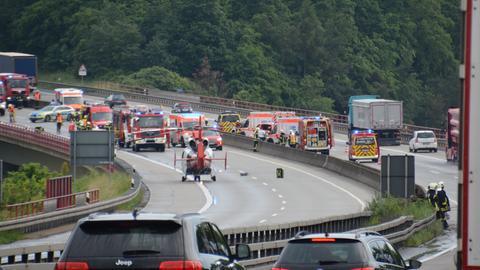 Unfallstelle auf der A45 mit einem Großaufgebot an Rettungs- und Einsatzkräften.
