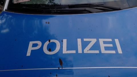 Ein beschädigtes Polizei-Fahrzeug steht nahe des Klärwerks Lehbach bei Kirtorf (Archiv).