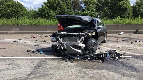 Ein zerstörtes Auto nach Massenkarambolage auf A5 bei Frankfurt