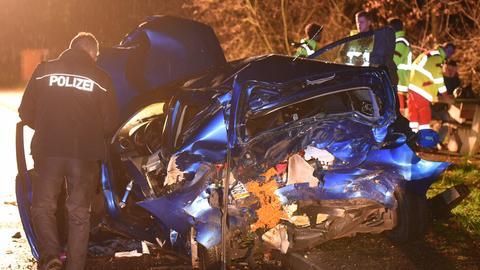 Unfallauto und Rettungskräfte