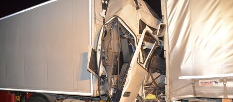 Das Führerhaus des Lkw wurde eingedrückt, der Fahrer schwer verletzt.