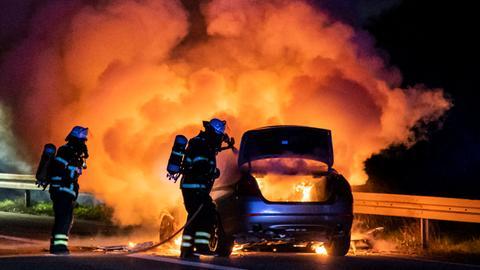 Brennendes Auto auf der A5 zwischen Bad Homburg und Frankfurt