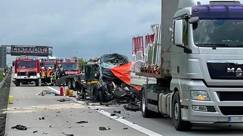Transporter mit eingedrückter Fahrerkabine hinter einem Lastwagen nach Unfall auf der A5