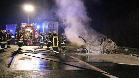 Bergungsarbeiten am Unfallort auf der A5 - ein Wagen brannte vollständig aus