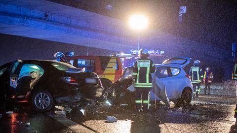 Einsatzkräfte an der Unfallstelle auf A66 in der Nacht