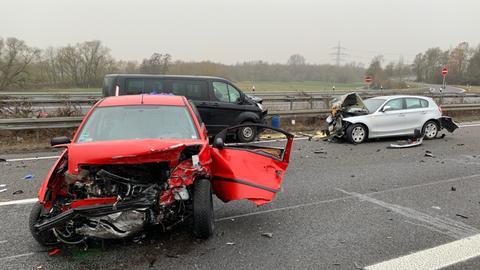 Demolierte Autos auf der A66 bei Gründau