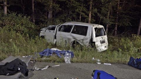 Der völlig zerstörte Kleinbus steht nach dem Auffahrunfall auf der A67 in der Böschung neben der Fahrbahn.