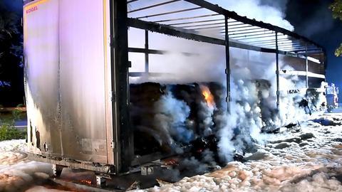 Ausgebrannter Auflieger eines Lkw auf der A67 bei Einhausen