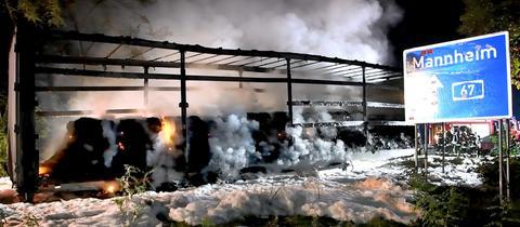 Ausgebrannter Auflieger mit viel Löschschaum