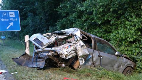 Das Auto kam von der Fahrbahn ab und prallte gegen einen Baum.