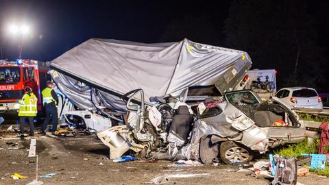 Ein Lkw und ein Auto liegen nach einem Unfall auf der A67 bei Rüsselsheim zerstört auf der Fahrbahn