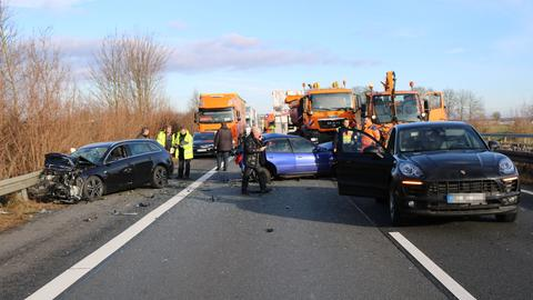 Demolierte Autos an der Unfallstelle auf der A67