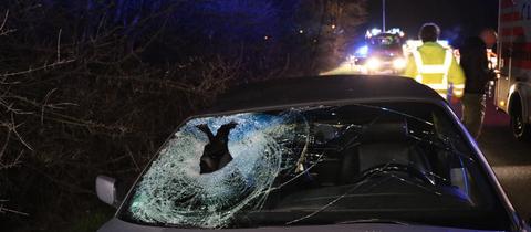 Auto mit auf der Beifahrerseite kaputter Windschutzscheibe