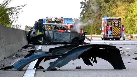 Auf der A67 ist ein Auto nach einem Unfall komplett abgebrannt.