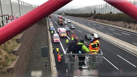 Mit einer Drehleiter holte die Feuerwehr zwei Frauen von einer Brücke an der A7 bei Kassel.