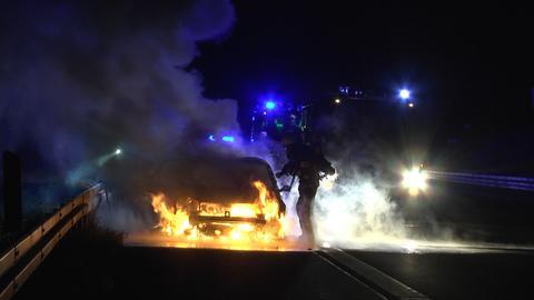 Ein Auto brennt lichterloh auf der A7.