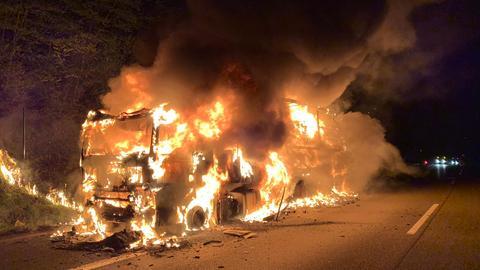 Ein Sattelzug steht voll in Flammen.
