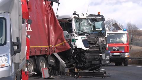 Mehrere beschädigte Lastwagen nach Auffahrunfall auf A7 bei Kassel