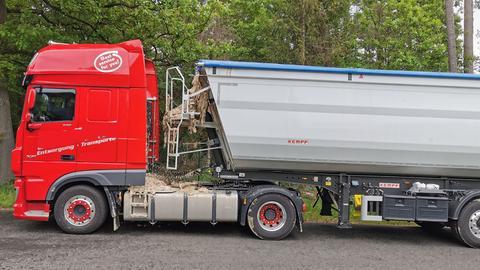 Lastwagen mit Tierabfällen, der auf der A7 bei Bad Hersfeld seine Ladung verlor