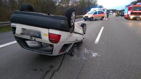 Das Auto des Unfallverursachers und Einsatzfahrzeuge