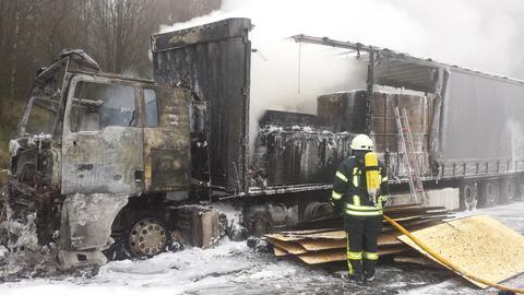 Ausgebrannter Lastwagen auf der A7