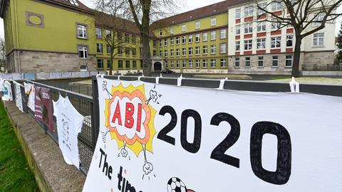 """""""Abi 2020"""" steht auf einem selbst gemalten Abi-Plakat, das vor dem Goethe-Gymnasium in Kassel aufgehängt ist."""