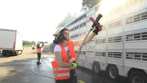 Feuerwehr Niederaula kühlt liegen gebliebenen Tiertransporter