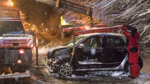 Ein Auto muss nach den heftigen Schneefällen im Taunus abgeschleppt werden.