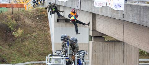 Umweltaktivisten haben sich von einer Autobahnbrücke abgeseilt.