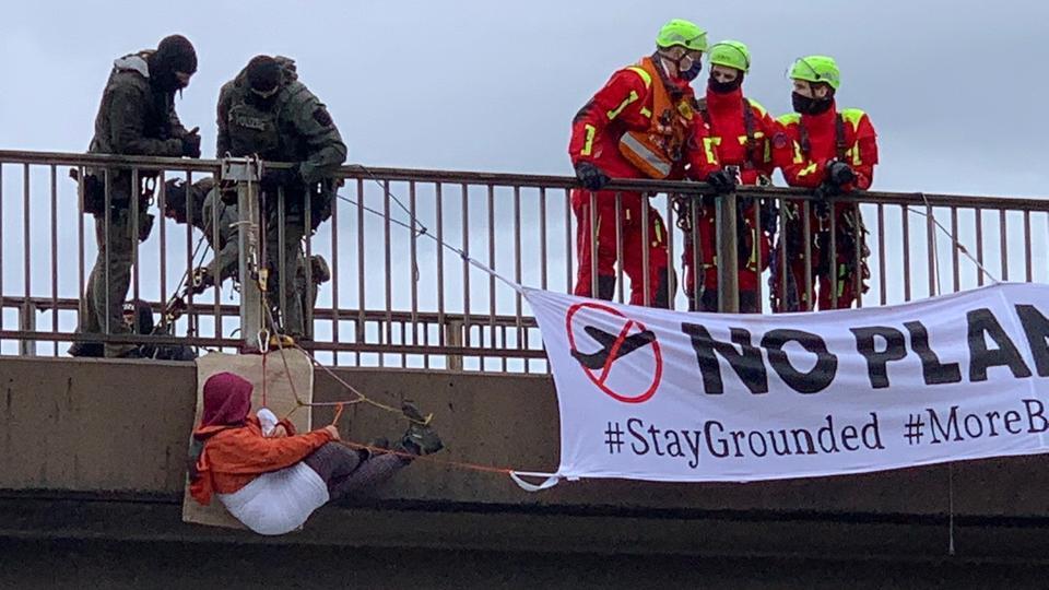 Polizeieinsatz an der A5: Umweltaktivisten haben sich von einer Autobahnbrücke abgeseilt.