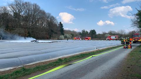 Die Feuerwehr eilte mit mehreren Einsatzfahrzeugen zur Absturzstelle.