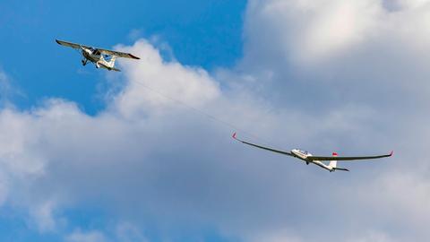 Motorflugzeug schleppt Segelflieger (Archivbild)