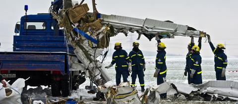 Einsatzkräfte bergen die Trümmerteile der Flugzeugwracks.