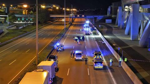Polizeiautos und Polizisten, sowie Trümmer auf der Autobahn.