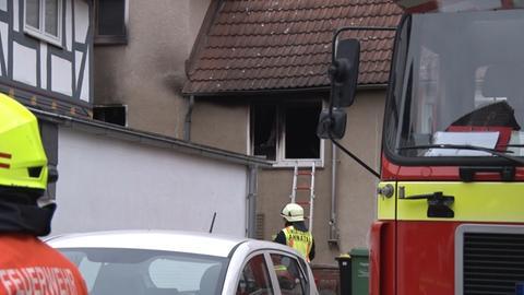 Am Einsatzort in Ahnatal-Weimar: Feuerwehrkräfte sind zu sehen.
