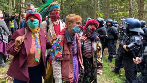 Teilweise haben sich die Aktivisten als Clowns verkleidet.
