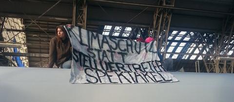 Demonstranten auf dem Dach des Klimagipfel-Sonderzugs im Frankfurter Hauptbahnhof.