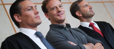 Alexander Falk mit seinen Verteidigern Daniel Wölky und Björn Gercke vor dem Prozessauftakt am Frankfurter Landgericht wegen versuchter Anstiftung zu einem Tötungsdelikt