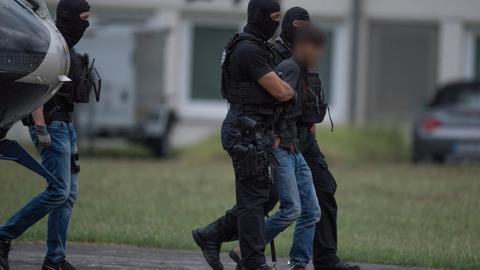 Der Tatverdächtige im Mordfall Susanna, Ali B., wird von Polizisten abgeführt