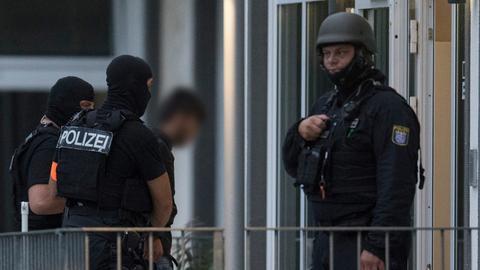 Spezialkräfte der Polizei führen Ali B. in Wiesbaden ab.
