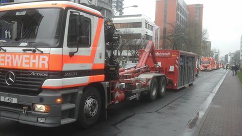 Feuerwehr-LKW mit Container.