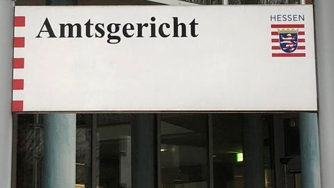 Ein Schild, das auf das Amtsgericht Bad Hersfeld hinweist