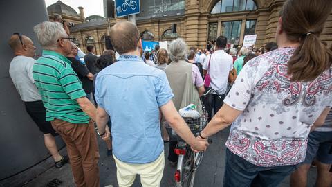 Menschenmenge vor dem Hauptbahnhof in Frankfurt