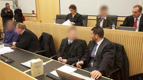 Die drei JVA-Beamten und ihre Verteidiger auf der Anklagebank des Limburger Landgerichts