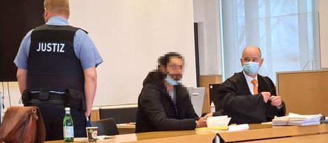 Angeklagter (verpixelt) sitzt im Fuldaer Landgericht