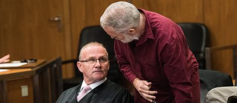 Der angeklagte Schweizer Daniel M. (r.) bespricht sich mit seinem Anwalt.