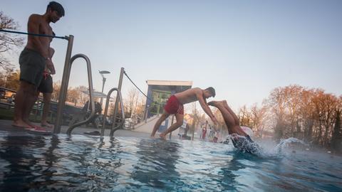 Anschwimmen im Frankfurter Schwimmbad in Hausen
