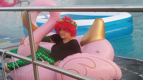 Betriebsleiterin Anette Hamel als Meerjungfrau auf einem Flamigo
