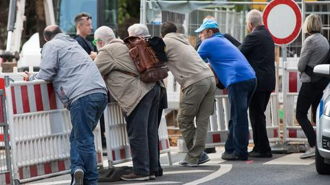 Anwohner warten auf die Rückkehr in die Evakuierungszone