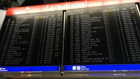 Die Tafel am Frankfurter Flughafen zeigt heute Morgen einige Ausfälle an.